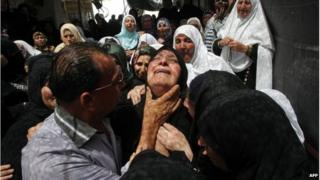 Mother of Mohammed Dudin weeps during his funeral (20/06/14)