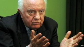 Eduard Shevardnadze talks to journalists at his home outside Tbilisi - 28 November 2003
