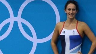 Georgia Davies yn gosod record newydd yn y ras gefn 50m