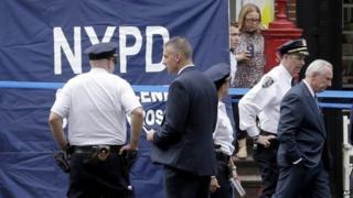 New York City police commissioner Bill Bratton (right) at the crime scene (28 July 2014 )