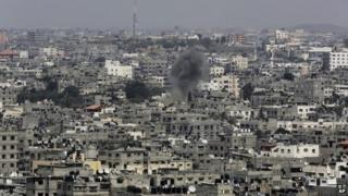 Mwg dros ddinas Gaza yn y Dwyrain Canol