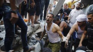 Palestinians dig through rubble in Gaza City (4 August 2014)