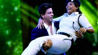 Shah Rukh Khan dancing with police officers
