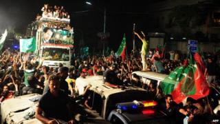 Pakistan: Imran Khan, Tahirul Qadri lead protest march