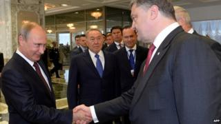 Vladimir Putin (L) and Petro Poroshenko in Minsk (26 August 2014)