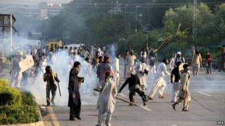 Supporters of Pakistani Muslim cleric Tahirul Qadri and opposition politician Imran Khan, clashes with police during an anti-government protest in Islamabad, Pakistan, 01 September 2014.