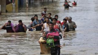 Srinagar residents being evacuated - 7 September