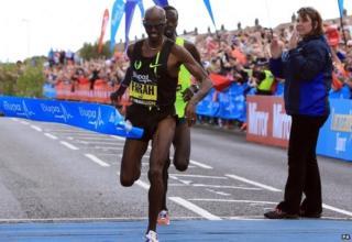 Mo Farah crossing finish line