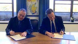 Salmond and Cameron sign the Edinburgh Agreement