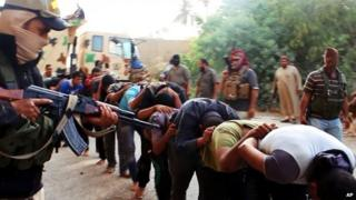 Islamic State fighters surround captured Iraqi soldiers (14/06/14)