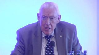 Ian Paisley objects to Gareth Gordon's question at an Edinburgh press conference in 2008