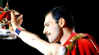 Pa un o gantorion Cymru sy'n fodlon etifeddu coron Freddie Mercury?