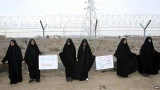 Iranian students form a human chain during a protest to defend their country's nuclear facilities outside the Fordo uranium enrichment facility outside Qom (19 November 2013)