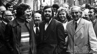 Ricky Tomlinson (centre)