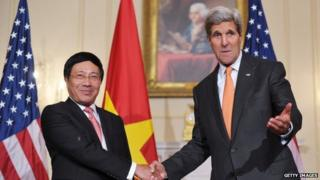 US Secretary of State John Kerry (R) shakes hands with Vietnamese Deputy Prime Minister and Foreign Minister Pham Binh Minh on 2 October 2014 in Washington DC.
