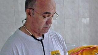 Spain Ebola nurse: Relatives and hospital staff monitored