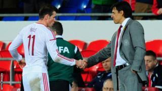 Gareth Bale yn ysgwyd llaw gyda Chris Coleman