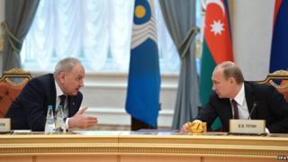 Russian President Vladimir Putin (R) and President of Moldova Nicolae Timofti in Minsk, 10 Oct 14