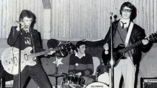 Y band yn y gig cyntaf ym Mart Aberteifi