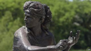 A statue of Argentine former tennis champion Gabriela Sabatini standing at the Costanera Sur in Buenos Aires (28 October 2014)