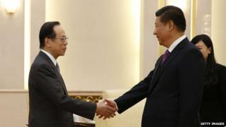 Chinese President Xi Jinping (R) shakes hands with Former Japanese Prime Minister Yasuo Fukuda