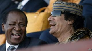 File photo: Burkinabe President Blaise Compaore (left) and Libyan head of state Muammar Gaddafi in Dakar, 3 April 2007