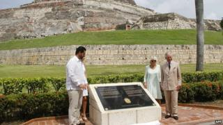 Prince Charles and his wife Camilla, Duchess of Cornwall pose with Cartagena's Mayor Dionisio Velez (L) after the unveiling of the plaque near the site of the 1741 siege. Cartagena, Colombia, on October 31, 2014.