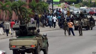 Soldiers blocking a road in Abidjan