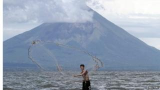 A fisherman casts his net at Lake Nicaragua or Cocibolca, 20/09/2014
