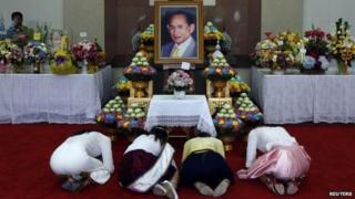 Well-wishers pray for the health of Thailand's King Bhumibol Adulyadej in Bangkok, 8 October 2014