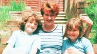 Bu farw Mandy Power, ei merched Katie ac Emily, a'i mam Doris Dawson