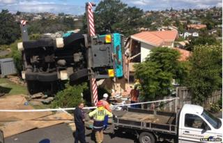Picture of crane that toppled into Auckland home 28 November 2014