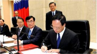 Premier Jiang Yi-huah signs cabinet resignation in Taipei (1 Dec 2014)