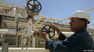 An employee works at the Tawki oil field near the town of Zacho, in Iraq's Dohuk province (31 May 2009)