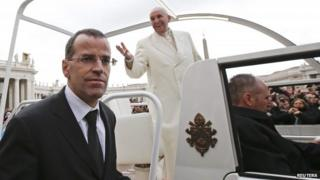 Daniel Anrig protecting the Pope after the end of the general audience