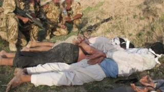 Army soldiers with Iraqi detainees