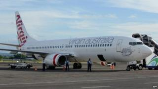 Indonesian soldiers secure the Virgin Australia plane at Denpasar airport - 25 April 2014