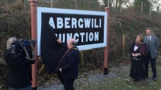Yr orsaf newydd yn Abergwili