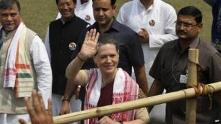 Sonia Gandhi pays tribute to Mahatma Gandhi on 2 October 2011.