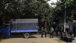 Bangladeshi police block a street leading to the offices of opposition leader Khaleda Zia in Dhaka - 4 January 2015