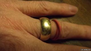 Les Sherlock's wedding ring