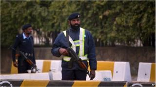 Police outside parliament in Islamabad, Pakistan (5 Jan 2015)