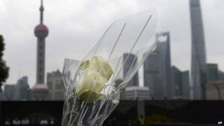 A bouquet of flowers is placed for a New Year's Eve stampede victim at the site of the tragic accident in Shanghai, China on Tuesday, 6 January, 2015