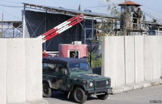 Lebanese military vehicle leaves Roumieh prison (12 January 2015)