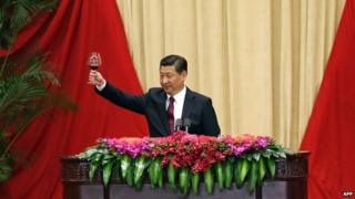 Chinese President Xi Jinping toasts the present and past leaders, together with other guests at the National Day reception in the Great Hall of the People in Beijing on 30 September, 2014