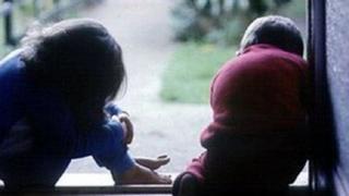 Cynllun i helpu teuluoedd difreintiedig