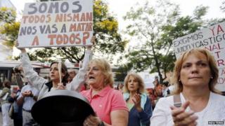 A woman shouts and hits a pot during a protest following the death of prosecutor Alberto Nisman, in front of the Olivos presidential residence in Buenos Aires on 19 January, 201