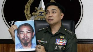 In a 2 Feb 2012 photo, then armed forced spokesman Col Marcelo Burgos shows a picture of Malaysian Zulkifli bin Hir