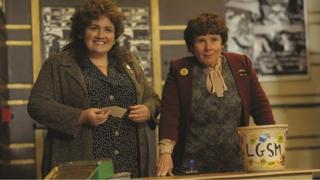 Jessica Gunning yn portreadu Sian ar y chwith a'r actores Imelda Staunton ar y dde.
