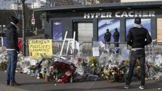 Flowers are laid outside kosher supermarket in Paris (8 Feb)